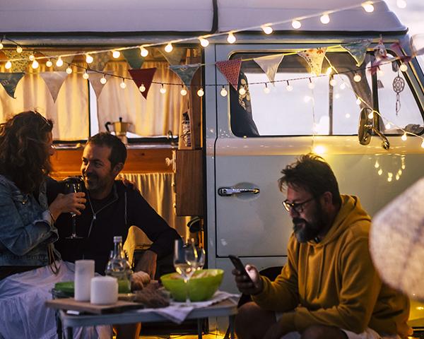 un groupe d'amis s'apprête à opter pour l'hivernage de leur caravane dans les landes