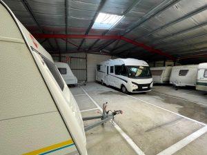 emplacement pour caravanes couvert et fermé