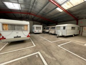 place de stationnement pour caravanes à l'abris
